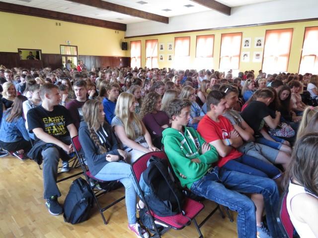 Aula I Liceum Ogólnokształcącego w Brodnicy wypełniła się wczoraj po brzegi. Uczniowie rozmawiali z przybyłymi gośćmi na temat dopalaczy i ryzyka, jakie niesie ich przyjmowanie.