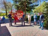 """Dwa serca na nakrętki stanęły w Opatowie. Stworzyli je uczniowie """"Szkoły na Górce"""" (ZDJĘCIA)"""