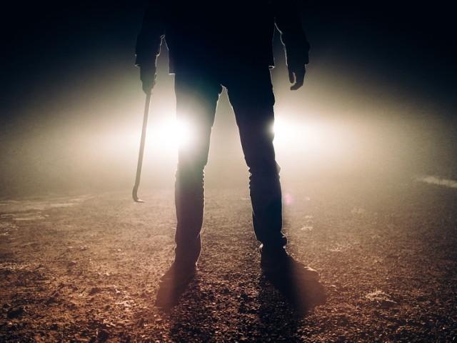 """2 tys. zł miał być winny Robert trzem mężczyznom spod Radziejowa. W czerwcu ub.r bandyci porwali go, pobili, więzili, przypalali, podtapiali w jeziorze... Teraz cała trójka stanie przed sądem. Przebieg horroru ustaliła prokuratura.  Horror, jaki Damian K., Eryk P. oraz Mariusz L. zgotowali """"dłużnikowi"""", trudny jest do pojęcia. Chodziło o 2000 złotych, które sprawcy najprawdopodobniej chcieli wyłudzić od ofiary. Mężczyźni z powiatu radziejowskiego, wcześniej już karani, nie mieli dla Roberta Sz. litości. Dwa dni, od 14 do 15 czerwca 2019 roku, pastwili się nad nim we wsi Kicko (gmina Kruszwica, powiat inowrocławski). Tutaj wywieźli go w bagażniku swojego mitsubishi.  Czytaj także: Tajemnicza śmierć Jakuba Schimandy. Czy podano mu narkotyki?  Śledztwo w tej sprawie prowadziła i zakończyła właśnie aktem oskarżenia Prokuratura Rejonowa w Radziejowie (woj. kujawsko-pomorskie). Co ustaliła? Horror zaczął się 14 czerwca 2019 roku w Radziejowie. Damian, Eryk i Mariusz swoją ofiarę siłą wciągnęli najpierw do samochodu, a potem zamknęli w bagażniku. Wywieźli na wspomniana wieś i zaczęli się nad ofiarą pastwić. - Użyli wobec mężczyzny obezwładniającego gazu pieprzowego. Kopali i bili pięściami mężczyznę po całym ciele. Bili też po ciele pałką i kijem - relacjonuje prokurator Wojciech Fabisiak, rzecznik Prokuratury Okręgowej we Włocławku.  WIĘCEJ SZCZEGÓŁÓW NA KOLEJNYCH STRONACH >>>  tekst: Małgorzata Oberlan  Ważne: Szuka ich policja. Może ich rozpoznasz?"""