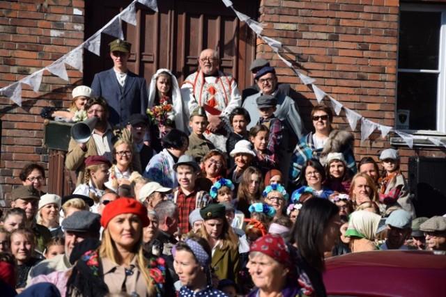 Nowy Dwór Gdański. Już po raz piąty mieszkańcy regionu spotkali się, aby wspólnie wspominać pierwszych powojennych mieszkańców. Motywem przewodnim tegorocznego Dnia Osadnika był ślub i wesele osadników.