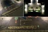 """Nocny napis """"Razem dla Przygodnej"""" pod Urzędem Miasta w Szczecinie. Kto go zrobił? Mieszkańcy mówią dość wycinaniu drzew w mieście! ZDJĘCIA"""