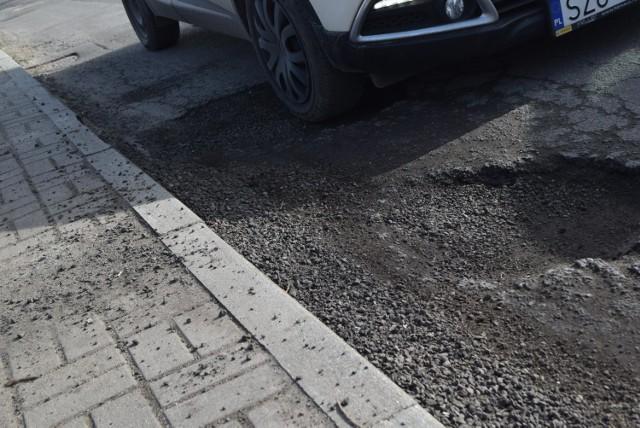 To dziury na ulicy Pukowca uwiecznione na zdjęciach pod koniec ubiegłego tygodnia