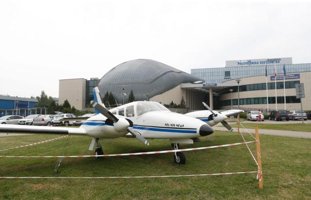 Takie cudo stanęło przed budynkiem głównym Politechniki Rzeszowskiej. Wcześniej samolot służył do szkolenia młodych pilotów