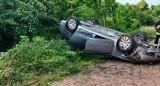 Dachowanie w Bąkowie gm. Kolbudy. Auto na chodniku, kierowca uciekł z miejsca zdarzenia