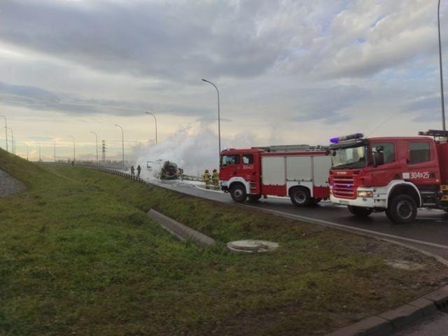 Pożar samochodu w rejonie zjazdu z A4 w Krakowie