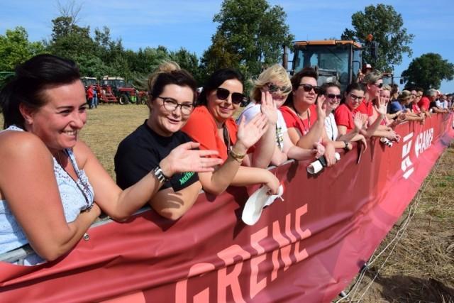 """Tysiące mieszkańców regionu odwiedziło dziś Wielowieś pod Pakością. Odbywają się tutaj bowiem dziewiąte już wyścigi traktorów.   Zawodnicy rywalizują w 6 kategoriach: do 80 KM, powyżej 80 KM, traktory retro, Ursus C-330, Ursus C-45 oraz """"Kobiety na traktory!"""". Po raz pierwszy sędziowie specjalnie nagrodzą również najgłośniejsze traktory.   Organizatorzy przygotowali również mnóstwo dodatkowych atrakcji: pokazy strażackie, Wrak Race, wystawa sprzętu rolniczego (zarówno traktory nowoczesne jak i retro), wystawa amerykańskich krążowników szos, występy muzyczne, pokazy ratownictwa, pokazowe przejazdy motocykli cross."""