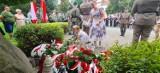 """Godzina """"W"""" w Nowym Sączu. Sądeczanie oddali hołd Powstańcom Warszawskim pod pomnikiem Polskiego Państwa Podziemnego [ZDJĘCIA]"""