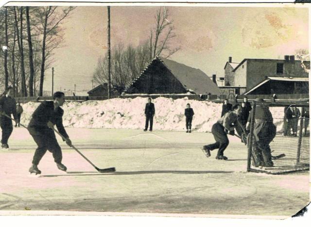 """Hokej na lodzie na boisku Klubu Sportowego """"Włókniarz"""""""