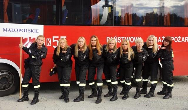 """Służba w straży pożarnej to nie tylko domena mężczyzna. Zobaczcie najładniejsze dziewczyny, które biorą udział w akcjach pożarniczych. Wybrane fotografie pochodzą ze fanpage'a """"Najpiękniejsze polskie strażaczki""""  >>>>>>>>   Zobacz także: Czy mówisz jak typowy polski kierowca? Sprawdź!   Polecamy: Czy mógłbyś zostać żołnierzem? [TEST PSYCHOLOGICZNY]"""