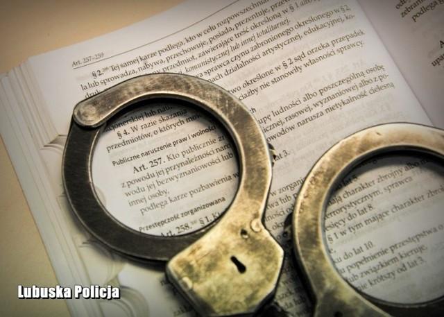 W sobotę po południu mężczyzna usłyszał zarzut popełnienia przestępstwa z art. 257 kk – publicznego znieważania osoby z powodu jej przynależności narodowej.