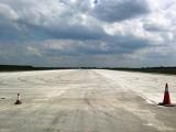 Nowy beton na drodze startowej lotniska w Modlinie. Samoloty wrócą od 1 lipca? [ZDJĘCIA]