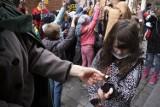 Wyłowiono monety ze Strugi Toruńskiej. Zostaną przeznaczone na pomoc dzieciom