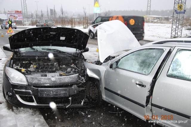 Do zdarzenia doszło na prostym odcinku drogi na ul. Chwarznieńskiej. Z nieustalonych przyczyn, kierujący skodą, 60 - letni mieszkaniec Wielkiej Brytanii zjechał na przeciwległy pas ruchu i czołowo zderzył się z renault, kierowanym przez 39 - letniego mieszkańca Gdyni.   Oba pojazdy zostały poważnie uszkodzone, na szczęście kierowcy nie odnieśli obrażeń. Mundurowi z Wydziału Ruchu Drogowego zabezpieczający miejsce zdarzenia ustalili, że sprawca kolizji jest nietrzeźwy.   W jego organizmie było ponad 1,5 promila alkoholu.