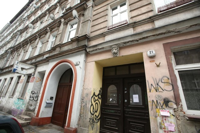 Wrocławscy radni podczas ostatniej, kwietniowej sesji Rady Miasta, przegłosowali uchwałę diametralnie zmieniająca zasady najmu lokali komunalnych.  Wynajmujący będą mogli zamienić mieszkanie na większe, czy przyłączyć inny lokal. Pojawi się nowa kategoria lokali – z najmem na czas nieokreślony i remontowane przez gminę.  Jeszcze inną, bardzo istotną zmianą będzie podniesienie górnego progu dochodowego dla osób ubiegających się o lokal od miasta.   Za zmianami – co warto podkreślić – poza jednym głosem wstrzymującym się, zagłosowali wszyscy radni, niezależnie od opcji politycznej, jakie reprezentują. Wprowadzenie zmian uzasadniono koniecznością dostosowania zasad najmu mieszkań komunalnych do zmieniającego prawa o ochronie lokatorów. Nie bez znaczenia jest fakt, że dla przyszłych najemców prawo do najmu zostało uzależnione od ich stanu majątkowego, a nie tylko od poziomu dochodów jak dotychczas. Stąd w projekcie przewidziano konieczność składania deklaracji o wysokości dochodów jak i oświadczenia o stanie majątkowym najemców i ich rodzin  oraz oświadczenia o nieposiadaniu tytułu prawnego do innego mieszkania. Z kolei możliwość powiększenia lokalu o inny lub jego zamiany na większy, uzasadniono chęcią poprawy warunków z uwagi np. na powiększenie rodziny.   Do gminy należy jeszcze około 35 tys. mieszkań, z tego blisko 13,3 tys. znajduje się w budynkach, których w 100 proc. właścicielem jest miasto. O wszystkich, najważniejszych zmianach, dotyczących mieszkań komunalnych, jakie zaczną obowiązywać od 22 maja, piszemy na kolejnych stronach.    Najpierw o nowej kategorii mieszkań komunalnych, jakie pojawią się we Wrocławiu. Czytaj na kolejnym slajdzie --->