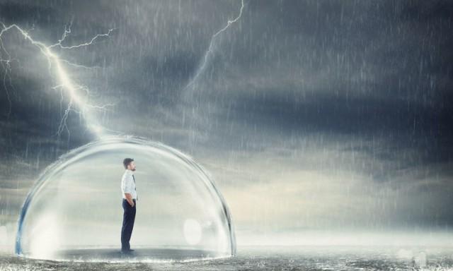 Burza jest zjawiskiem meteorologicznym, któremu towarzyszą wyładowania elektryczne w postaci piorunów. Uderzają one w ziemię z tak dużą siłą, że rozrywają pnie drzew, mury i uszkadzają instalacje elektroniczne. Porażenie człowieka może skończyć się nawet śmiercią. Przy czym jeszcze do niedawna takie wypadki zdarzały się incydentalnie. Jednakże ignorowanie ostrzeżeń meteorologicznych wydawanych m.in. przez TOPR, a także zwiastunów pogodowych, sprawia, że ofiar śmiertelnych rażenia piorunem jest coraz więcej.  Konsekwencje tego typu wypadków uzależnione są przede wszystkim od mechanizmu rażenia piorunem. Wyróżnia się cztery mechanizmy: - Bezpośrednie uderzenie w ciało. - Wyładowanie iskrowe, które skutkuje przejściem prądu po powierzchni ciała. - Napięcie krokowe, które jest następstwem uderzenia pioruna w ziemię w pobliżu danej osoby. - Fala uderzeniowa, która pojawia się na skutek rozprężenia się powietrza atmosferycznego.