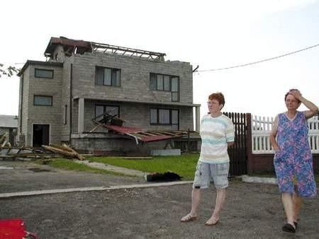 Z domu Matusiaków wichura zerwała dach i poniosła aż na drogę, 500 metrów dalej.   /  JACENTY DĘDEK