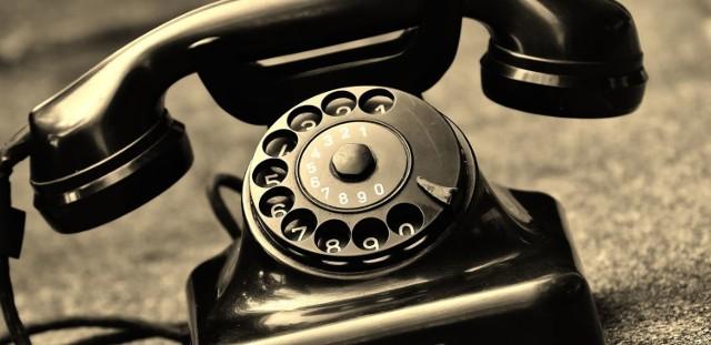 W metodzie ''na policjanta'' często wykorzystywany jest telefon, za pośrednictwem którego oszuści podają się za policjantów i proszą o pomoc w organizowanej akcji rozbicia grupy przestępczej.