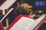 Kolędy na święta: śpiewnik z tekstami do druku. Znane kolędy w pięknej oprawie. Pobierz i wydrukuj [PDF] lub wykorzystaj online