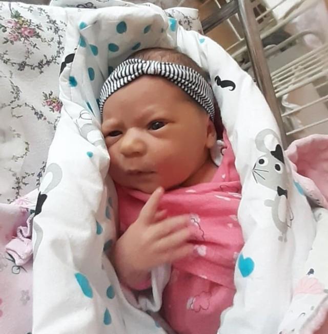 Dziewczynka urodziła się 8 lutego 2021 roku, trzy minuty po północy. Ważyła 3350 g i mierzyła 54 cm.