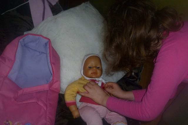 Niemowlaki potrzebują jeszcze więcej opieki niż lalki
