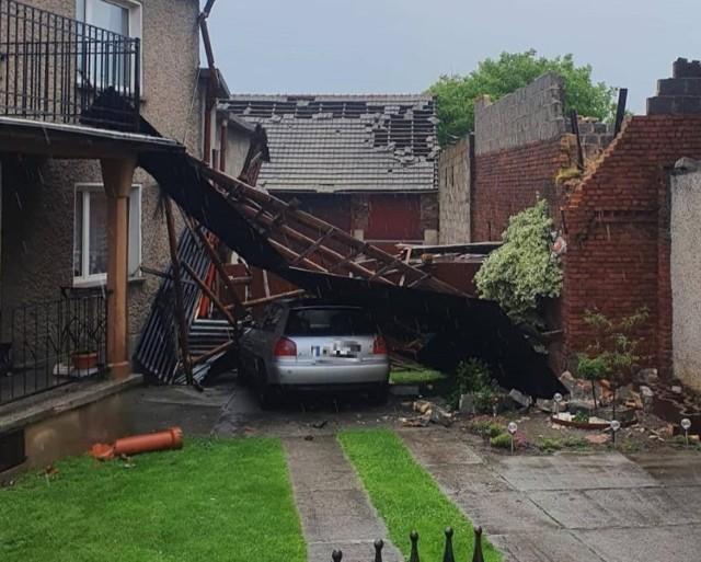 Burze na Opolszczyźnie. Wichura zrywała dachy i powalała drzewa, ulewny deszcz zalewał posesje