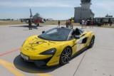 Positive Ways 2021: Do 31. Bazy Lotnictwa Taktycznego zjechały luksusowe sportowe samochody. To 3. edycja akcji Polska dla Hospicjum