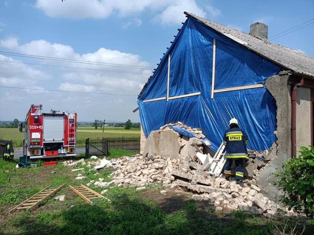 Uszkodzony budynek na posesji w Mokrsku