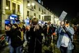 """Strajk kobiet w Białymstoku. Zaplanowano kolejny czarny spacer pod hasłem """"to jest wojna"""" 9.11.2020 (ZDJĘCIA)"""