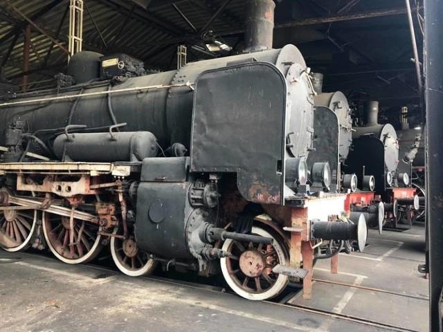 WOLSZTYN – PAROWOZOWNIA Choć to już Wielkopolska, to przecież niedaleko od Zielonej Góry (i kiedyś to było województwo zielonogórskie). Początki kolei w dawnej Prowincji Poznańskiej sięgają roku 1880 roku. 1 kwietnia 1895 roku utworzono Królewską Dyrekcję Kolei w Poznaniu, która objęła swoim zarządem wszystkie linie, jakie dochodziły do stacji Wolsztyn, tzw. linie lokalne. Obecnie parowozy są tu wykorzystywane do prowadzenia ruchu pasażerskiego i najczęściej są to maszyny serii Ol49 lub Pt47. Ruch pociągów pasażerskich prowadzonych parowozami ogranicza się do 2 par pociągów w kierunku Leszna lub Poznania. W roku 2003 spółka PKP CARGO S.A. przejęła parowozownię i zabytkowy tabor. W trosce o szacunek dla tradycji, PKP CARGO S.A. otoczyła opieką zabytki kolejowej kultury materialnej i utrzymywała je w pełnej sprawności technicznej. Od 2016 r. Parowozownia Wolsztyn funkcjonuje jako instytucja kultury Województwa Wielkopolskiego współtworzona przez Województwo Wielkopolskie, Gminę Wolsztyn, Powiat Wolsztyński oraz PKP CARGO S.A.