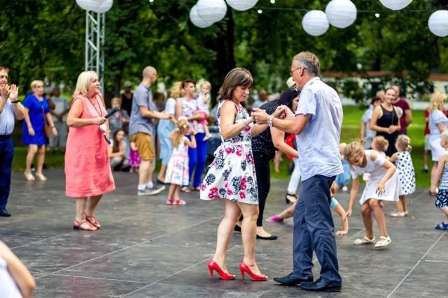 Co niedziela w DZIK-u odbywają się spotkania taneczne.  - Piękne, modernistyczne wnętrza zabytkowej willi stanowią doskonałą naturalną scenerię dla tańca i muzyki z dawnych lat. Zapraszamy zarówno wszystkich, którzy szukają radosnej i dobrej zabawy, jak i uczniów SWINGOUT.PL – zachęcają organizatorzy.   Gdzie: Dom Zabawy i Kultury - DZIK Kiedy: niedziela, godz. 19 Wstęp: darmowy