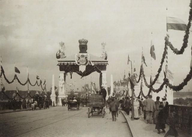 Brama triumfalna wzniesiona na przyjazd cara Mikołaja II przy ul. Aleksandrowskiej w Warszawie