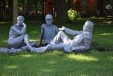 """""""Śniadanie na trawie"""" już po renowacji. Jedna z najbardziej charakterystycznych rzeźb z Doliny Trzech Stawów wróciła na swoje miejsce"""