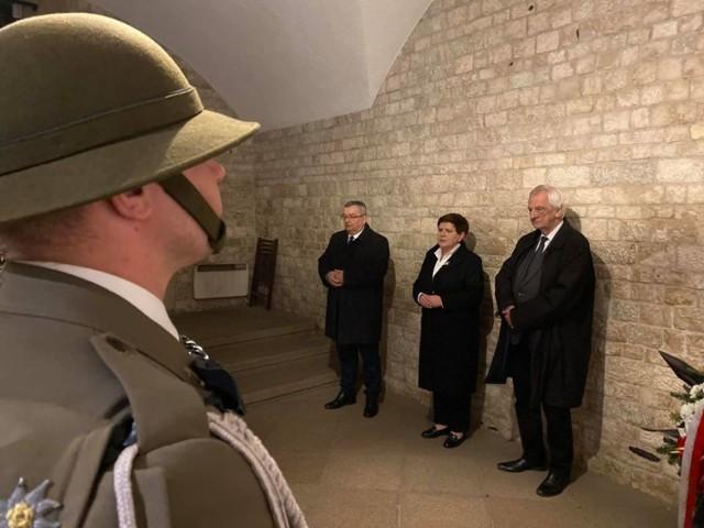 Przedstawiciele PiS przy grobie Lecha Kaczyńskiego na Wawelu 10 kwietnia 2020