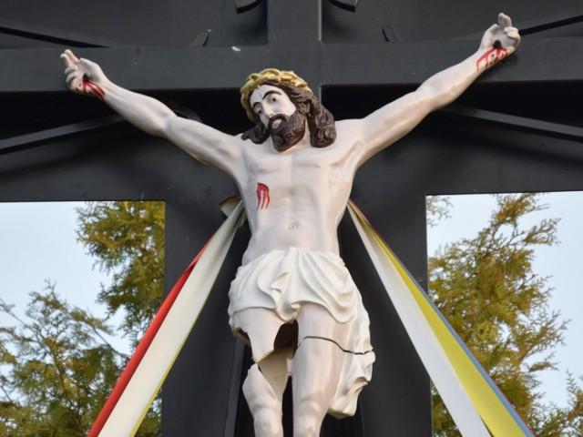 Wandale zniszczyli krzyż znajdujący się na Osiedlu Niepodległości w Miastku. Najprawdopodobniej ktoś rzucił kamieniem w rzeźbę Chrystusa i ją uszkodził.