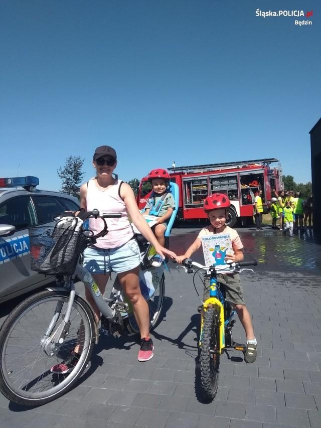 Spotkanie z policjantami i strażakami na miejskiej plaży na Brzozowicy Zobacz kolejne zdjęcia/plansze. Przesuwaj zdjęcia w prawo - naciśnij strzałkę lub przycisk NASTĘPNE