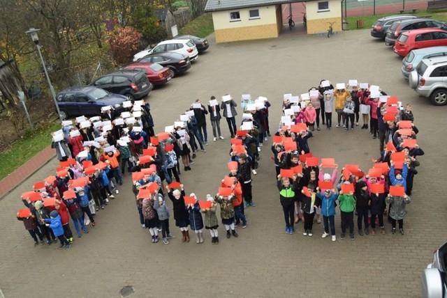 Wprawdzie tę setkę uczniowie SP Grzybno ułożyli na stulecie niepodleglej polski w 2019 roku, ale może też symboliozwać setną rocznicę urodzin świętego Jana Pawła II, która przypada dziś -18 maja