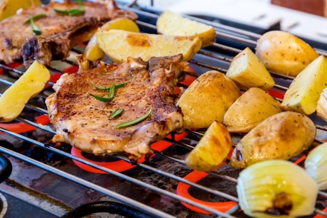 Jeśli chcesz, by twoje dania BBQ miały oryginalne smaki, a przy tym były zdrowsze, doprawiaj je za pomocą marynat!   szystkie składniki w polecanych recepturach (oprócz łatwo palących się pozostałości przypraw, które należy zdjąć przed położeniem na ruszt) ograniczają ilość szkodliwych związków powstających w jedzeniu pod wpływem pieczenia.   Przepisy na marynaty do mięsa zawierają niewielkie ilości soli, gdyż składnik ten sprzyja jego wysuszeniu. Dlatego warto używać soli w trakcie grillowania, najlepiej bliżej jego końca. Z tego samego powodu suche mieszanki do nacierania mięs z jej zawartością najlepiej stosować dość krótko przed wrzuceniem kawałków na ruszt.   Sprawdź przepisy na marynaty i mieszanki przypraw do konkretnych potraw z grilla!   Zobacz kolejne slajdy, przesuwając zdjęcia w prawo, naciśnij strzałkę lub przycisk NASTĘPNE.