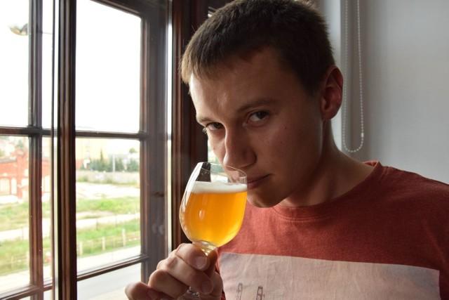 -Poczuj ten niezwykły aromat - mówi Szymon Kamiński. - To zasługa amerykańskiego chmielu. Nie kupisz takiego piwa w żadnym zwykłym sklepie czy supermarkecie. Ale możesz zrobić je sam