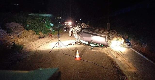 Paczków. Kierowca, który dachował po uderzeniu w latarnię był pijany.