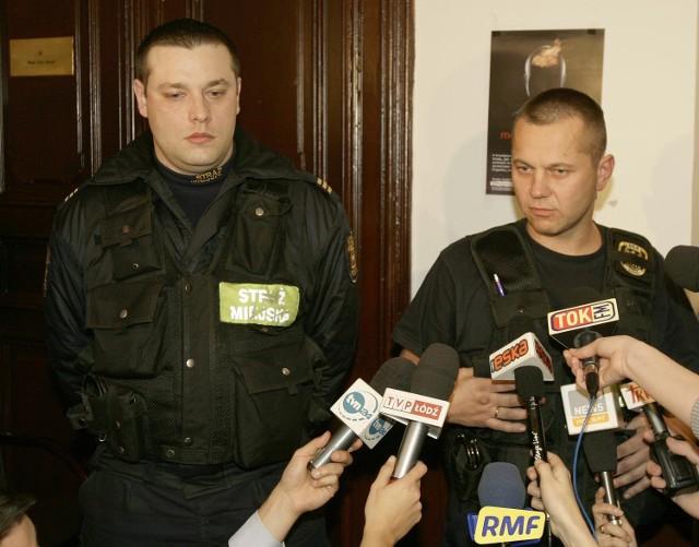 Strażnicy miejscy - Maciej Zieliński i Arkadiusz Kazimierski - obezwładnili napastnika i udzielili pomocy Pawłowi Kowalskiemu