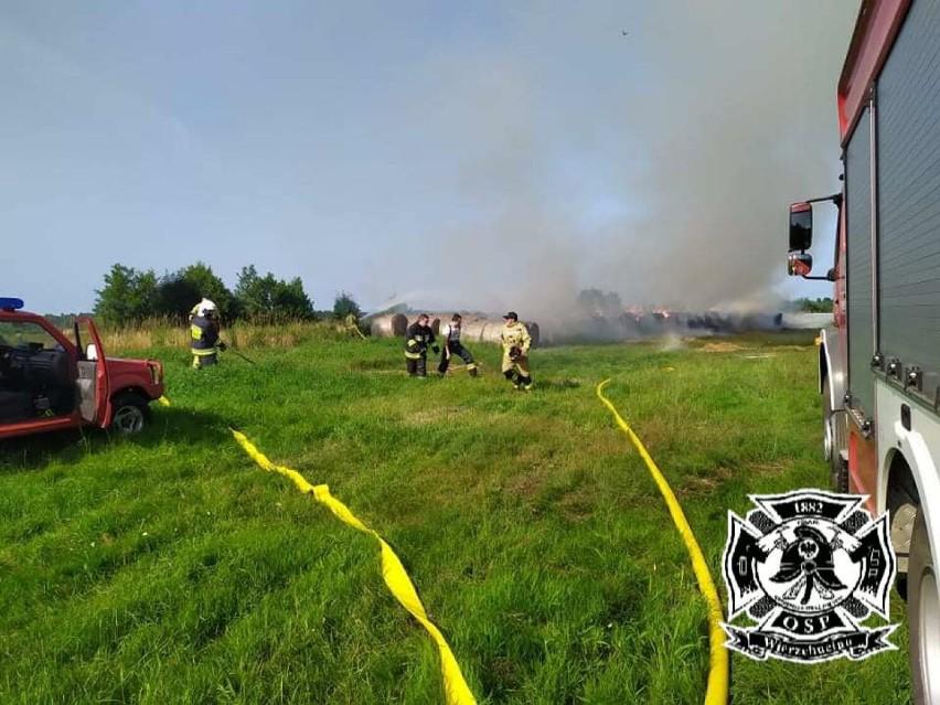 Pożar balotów słomy w Białogórze