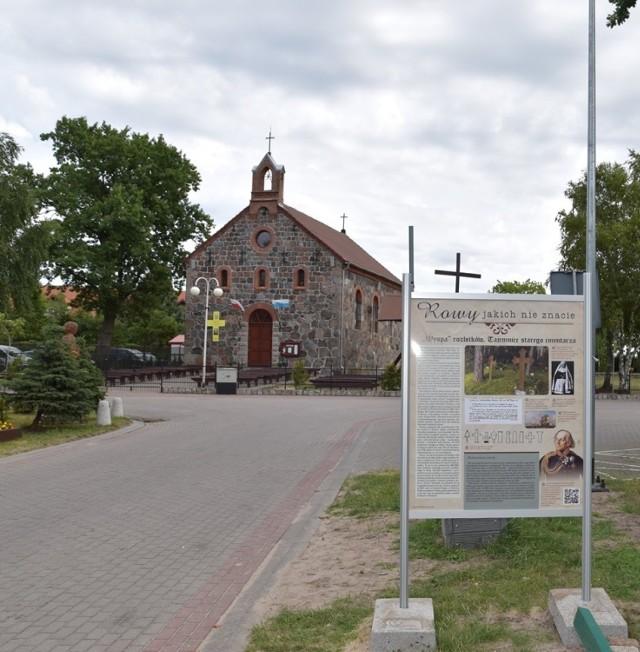 W Rowach można obejrzeć wystawę obrazującą historię tej miejscowości. Na ośmiu dwustronnych tablicach ustawionych ma ulicach Rowów zgromadzono kilkadziesiąt fotografii sprzed II wojny światowej. Zdjęciom towarzyszy opis historii przedstawionych miejsc. Wystawa została zorganizowana w ramach funduszu sołeckiego.