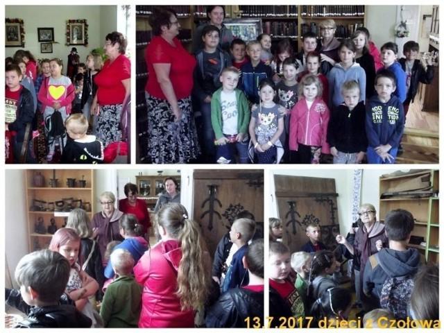 Dzieci z dużym zainteresowaniem zwiedzały poszczególne pomieszczenia Izby, po których odprowadzała je Pani Jadwiga Reska udzielając niezbędnych informacji o poszczególnych eksponatach, ich przeznaczeniu. Fot. Karol Szmagalski