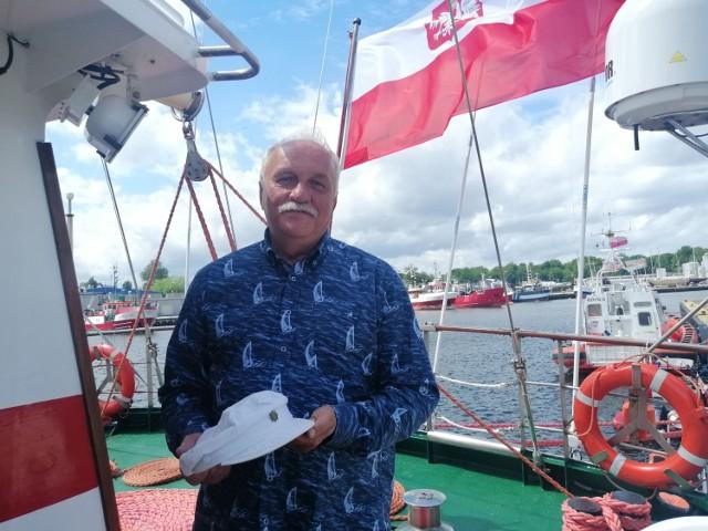 Marek Padjas przyniósł na Iskrę czapkę Antoniego Szarmacha, zmarłego 18 czerwca  prezesa kołobrzeskiego oddziału Ligi Morskiej i Rzecznej
