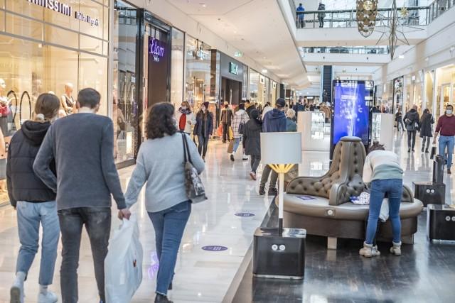 Klientów powitały już dekoracje świąteczne, a także sporo ofert promocyjnych. Otwarcie sklepów w galeriach handlowych zbiegło się w czasie z weekendem promocji - Black Week.