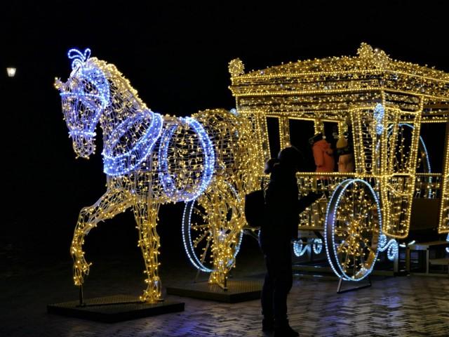 Świąteczne iluminacje w Koszalinie wieczorową porą.