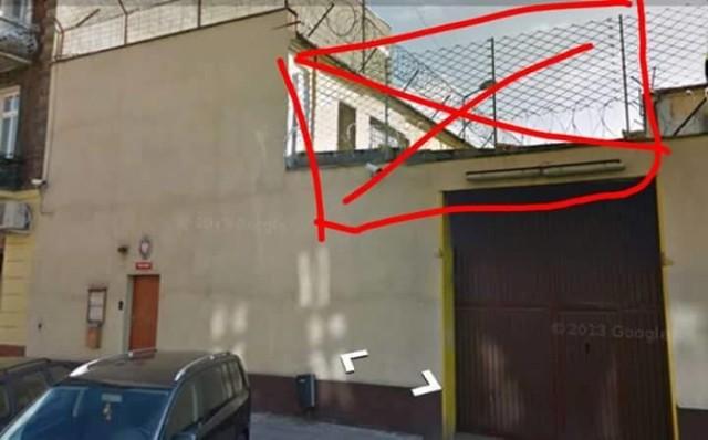 Przekreślonego fragmentu drutu i ogrodzenia nie było w piątek na murze