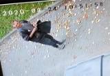 Podejrzany o kradzież torebki i pieniędzy - szuka go policja. Rozpoznajesz tego mężczyznę?