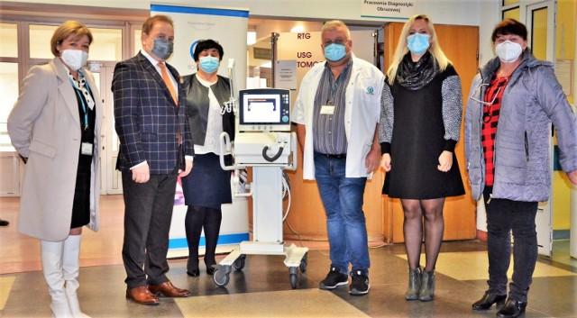 Burmistrz Olkusza Roman Piaśnik podczas przekazania respiratora dla Nowego Szpitala w Olkuszu.