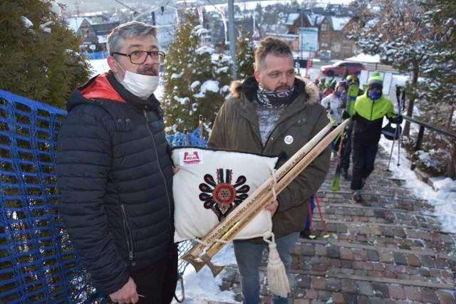 """Paweł Drabik (z lewej) i Gerard Wolski (z prawej) to przedstawiciele """"Wolnych Przedsiębiorców"""", którzy chcieli się w niedzielę spotkać z Andrzejem Dudą i wręczyć mu """"ciupagi hańby"""""""